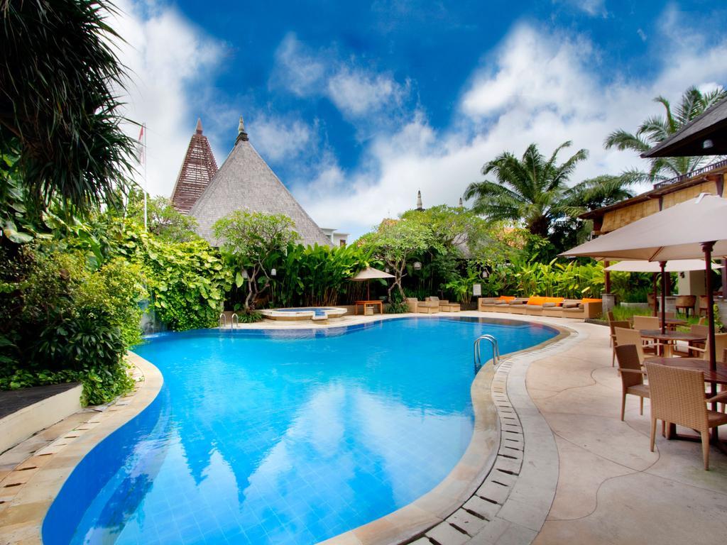 Vacanta-Bali-Hotel-Ramayana-Resort-and-Spa-pool-view