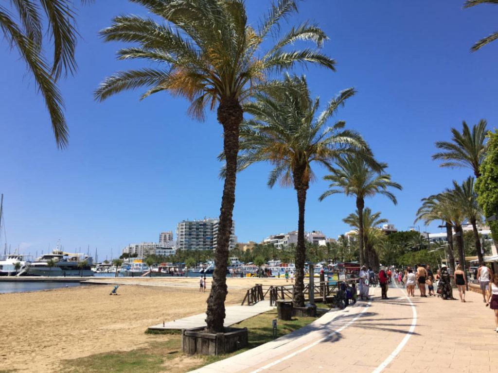 Plaja de langă portul din San Antonio, vacanță de grup în IBIZA by Party Trip Romania