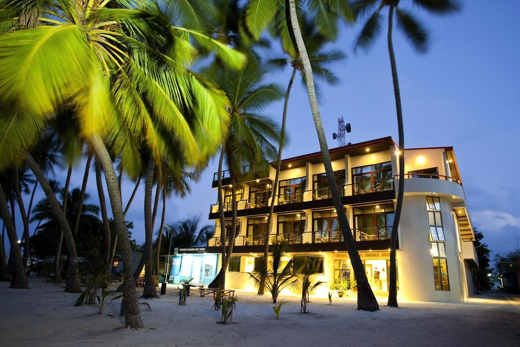 Kaani Beach Hotel hotel by night view by www.partytrip.ro