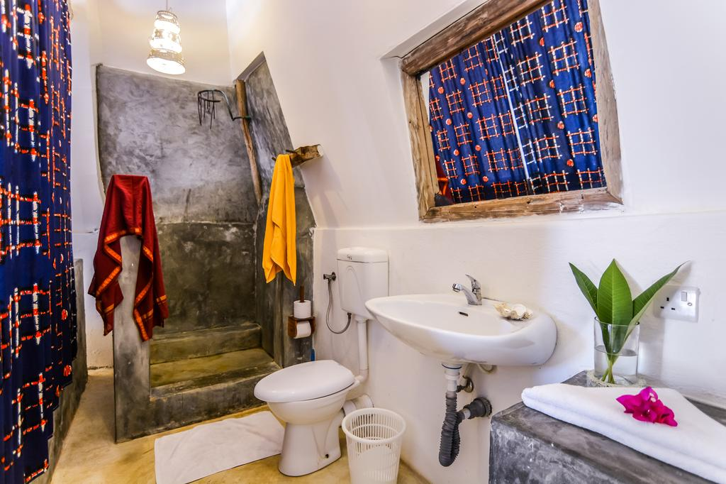 Vacanta Zanzibar la Nur Beach Resort toilet view by www.partytrip.ro